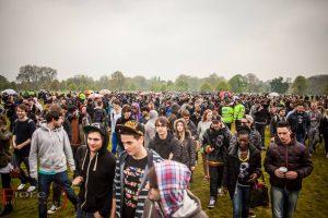 Trods klassisk engelsk forårsvejr med silende regn kom der tusindvis til 420 festen for græsrødder i Hyde Park, London